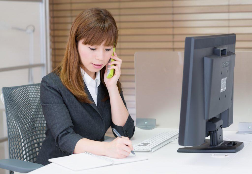 電話で宴会会場の詳細を確認する系できる女子社員