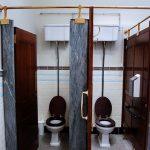 トイレの個室でうるさいオッサンに延々とうなり続けられた話
