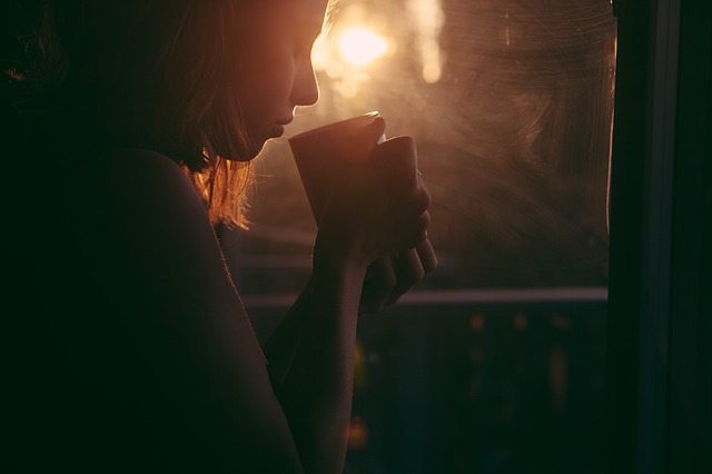 WiMAXの電波が室内に届かずコーヒーを飲んで考える女子