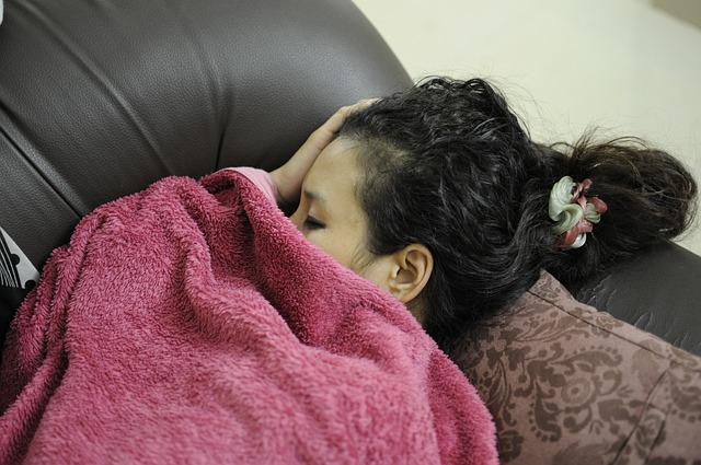 朝なかなか起きない環境で眠る女子