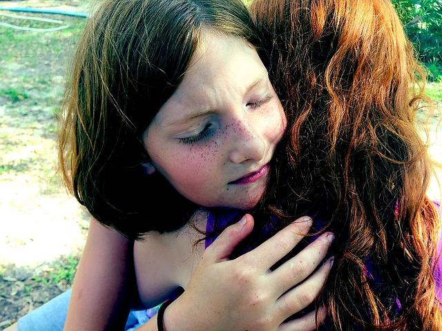キャリアのスマホ料金の高さに気づき泣き崩れる姉妹