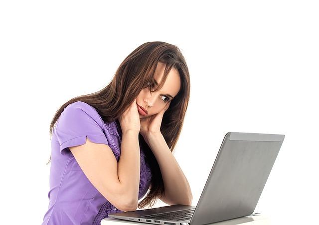 長時間残業させるブラック企業の記事を読んで共感する女子