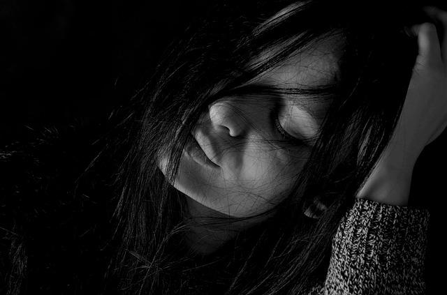 ブラック企業の長時間残業に心身ともに疲れ果てている女子社員