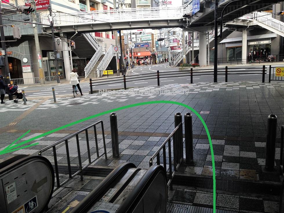 阪急豊中駅南改札口からバスのりばへと向かうエスカレーターを下りたらUターンする