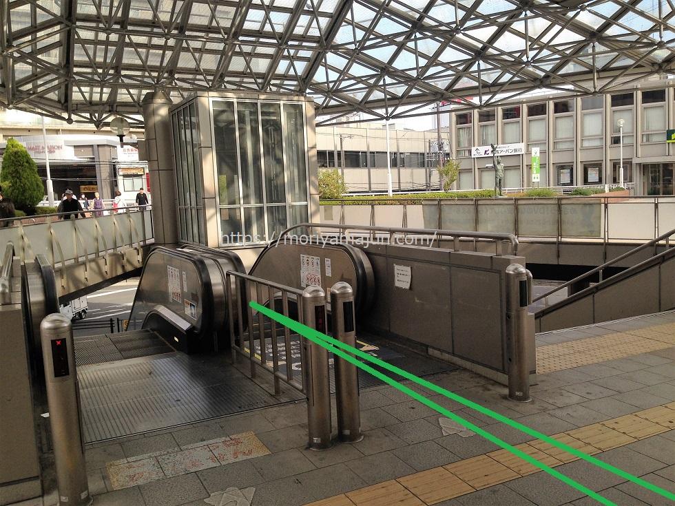 豊中駅南改札を出た近未来的な屋根の下にはバスのりばへ向かうエスカレーターがある