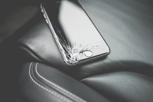 画面が割れてしまったスマートフォン