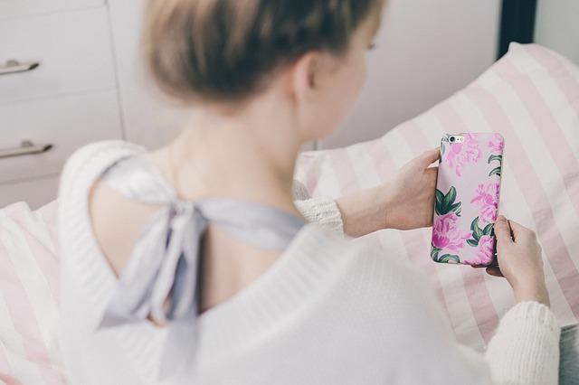 スマホをWiMAX接続してスマホ代を節約する女子