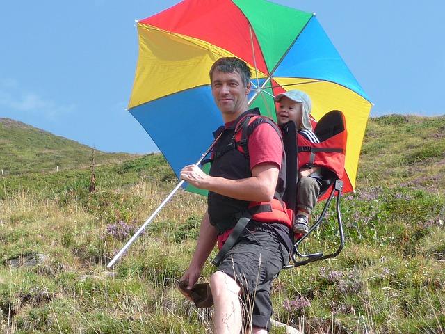 日傘をさし子どもと自分の命を守る父親